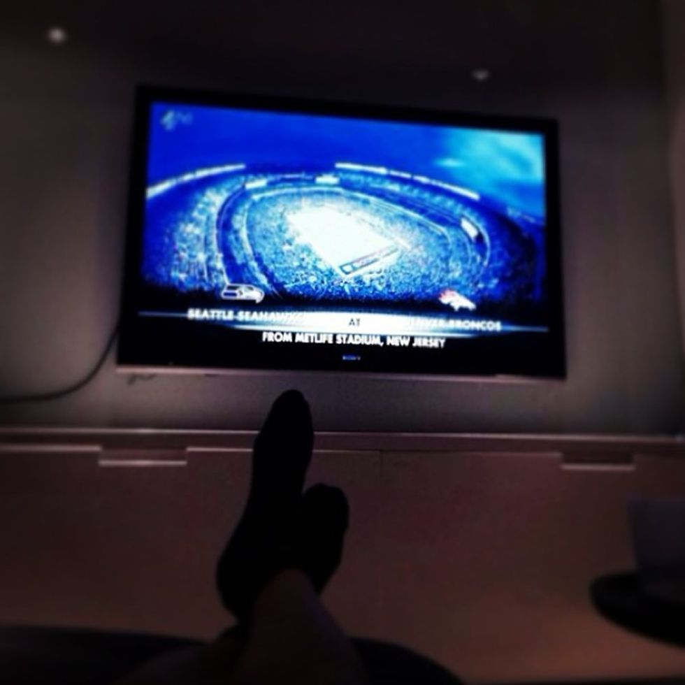Gareth Bale se relaja en su casa con la Super Bowl