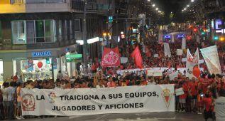 5.000 aficionados del Murcia se manifiestan en apoyo al equipo