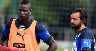 Pirlo y Balotelli en un amistoso con Italia