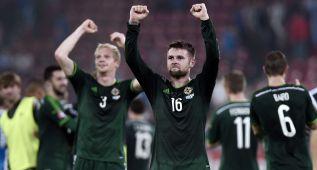 Irlanda del Norte conquista Atenas y sigue en lo más alto