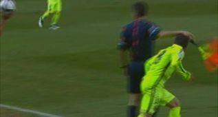Jordi Alba se lleva un banderillazo del juez de línea