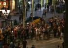 Aficionados culés acuden a Canaletas a celebrar el pase