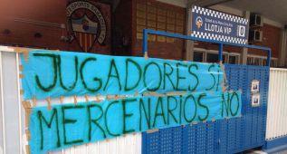 La Nova Creu Alta amanece con pancartas contra los jugadores