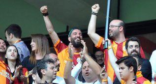 Arda Turan vibró en el palco con la victoria del Galatasaray