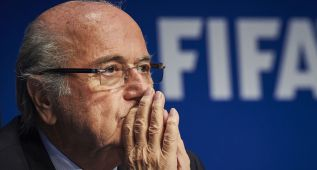 Recogen firmas para que Blatter se vaya de la FIFA