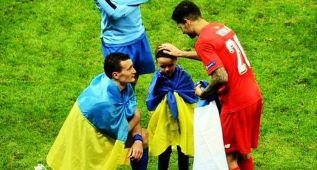Vitolo consoló al hijo de un rival tras la final de Varsovia