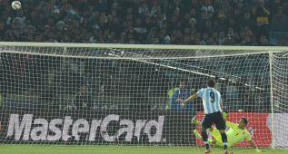 Higuaín añade a su maldición un penalti que se marchó al cielo