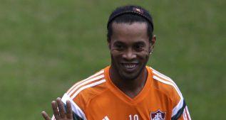 Ronaldinho es ovacionado en su primer entrenamiento en el Flu