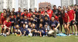 La plantilla hizo el clinic con niños chinos del proyecto Wanda