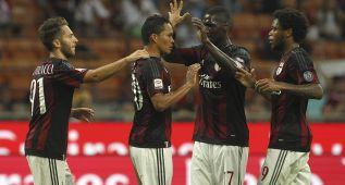 Bacca y Adriano dan alegría al Milan y el Sassuolo es líder