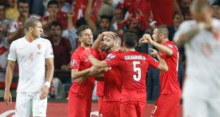 Gol y asistencia de Arda Turan y Holanda ve peligrar la Eurocopa