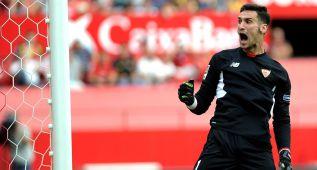 Sergio Rico emuló a Javi Varas también ante el Barcelona