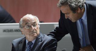 FIFA abre expediente a Platini y Blatter; decidirá en diciembre