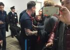 Leo Messi, escupido en el aeropuerto por un fan de River