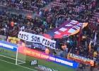 La grada del Camp Nou apoya a Piqué con una pancarta