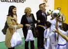 Carmena y Florentino visitan una escuela del Real Madrid