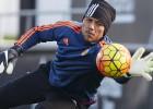 Diego Alves juega un amistoso con el Juvenil del Valencia