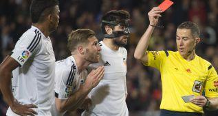 Mustafi, un partido de sanción por su expulsión ante el Barça