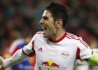 Jonathan Soriano marca y mantiene líder al Salzburgo