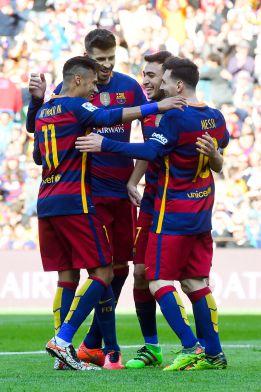 Messi y Neymar se abrazan durante el partido del Barcelona ante el Getafe.