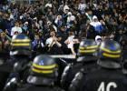 Los jugadores del Marsella, escoltados al salir del estadio