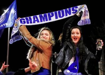 El éxtasis de los aficionados del Leicester al proclamarse campeones de la Premier