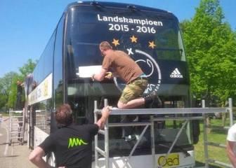 El Ajax tenía el bus listo para la celebración y se quedó sin ella