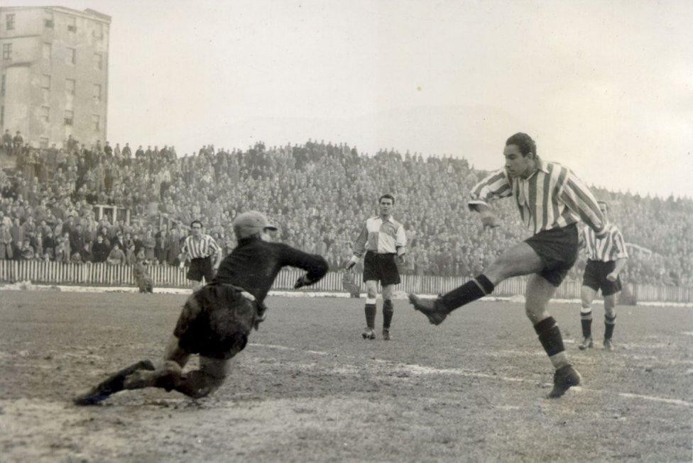 Profesional desde 1939 hasta 1957. Jugó en el Erandio Club, Athletic Club, Indautxu y en el Baracaldo. Disputó 74 partidos de Copa anotando 81 goles.