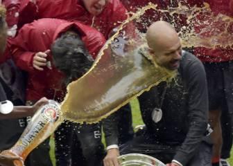 Xabi Alonso regó con cerveza a Guardiola tras ganar la liga