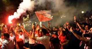 Miles de sevillistas se concentran en la Puerta Jerez