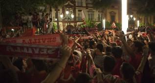 Miles de sevillistas se congregan de fiesta en la Puerta Jerez