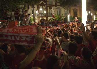 Miles de sevillistas se congregan en la Puerta Jerez