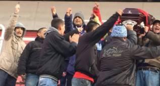 Ultras de Independiente pasean un féretro dentro de su estadio