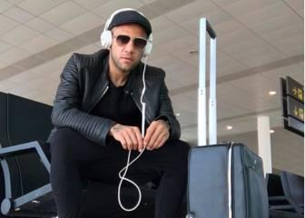 Alves no calma los rumores y se fotografía en el aeropuerto