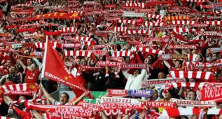 El Liverpool, multado por la UEFA por lanzar bengalas