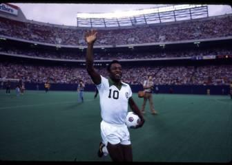 Pelé deja Brasil para jugar en el Cosmos (1975)