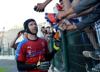 Los médicos obligan a Cech a jugar con un casco protector
