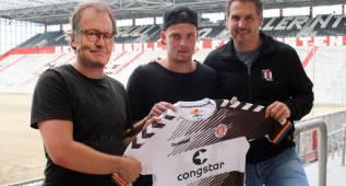 El Sankt Pauli suplanta a su técnico por alguien con careta