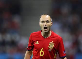 La afición coreó a Piqué y pidió el Balón de Oro para Iniesta