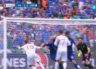 Ramos reclamó un penalti en el 22' por agarrón de Chiellini