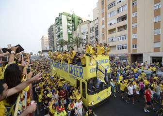 El Cádiz celebra el ascenso a Segunda junto a su afición