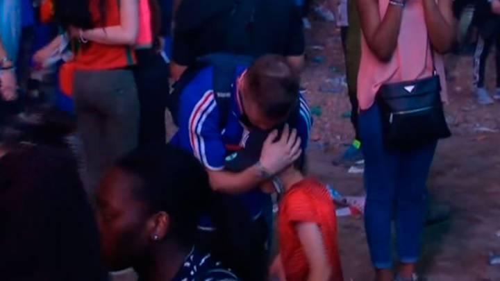 Un niño portugués consuela a un francés después de la Final