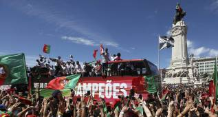 Miles de portugueses reciben a los campeones en Lisboa