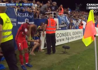 Moura, agredido por un hincha en el debut del PSG de Emery