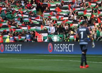 Banderas de Palestina en Celtic Park ante el Beer Sheva israelí