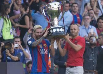 Iniesta y Messi levantaron el trofeo de campeón de Liga