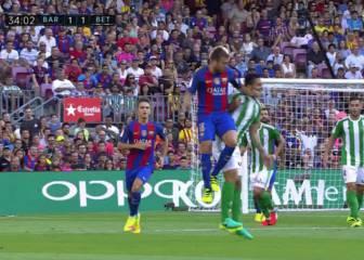 Jordi Alba se jugó la expulsión con un feo codazo a Petros