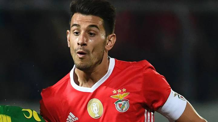 Raúl Jiménez, de penalti, da un pobre empate al Benfica
