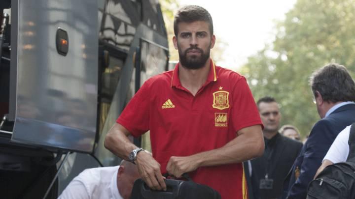 Piqué firmó autógrafos en León un año después de ser pitado