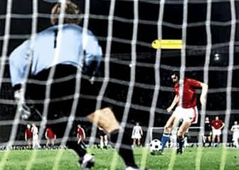 Heath, de los Wolves, marca el primer penalti de la historia (1891)